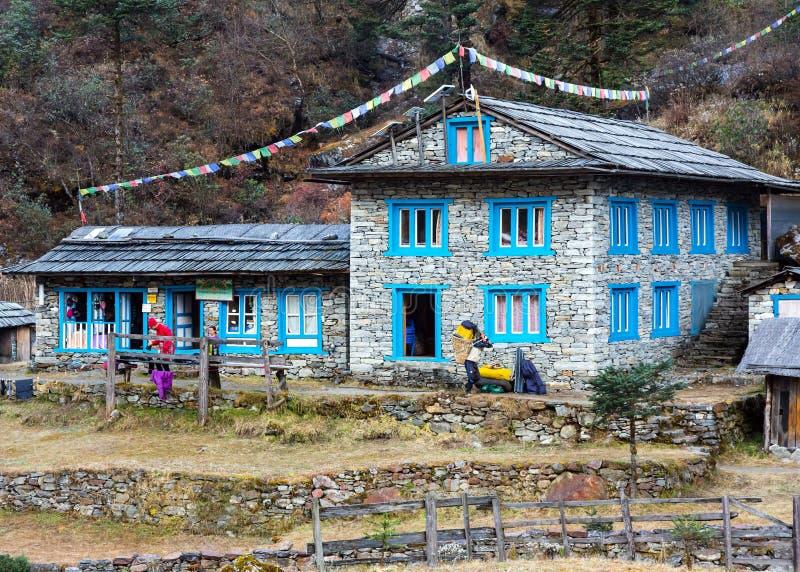 Bâtiment en pierre à la loge à distance en montagnes de l'Himalaya photos stock