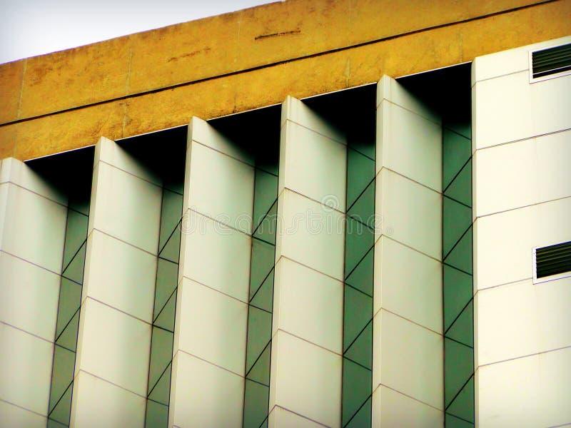 Bâtiment en pierre en verre diagonal image libre de droits