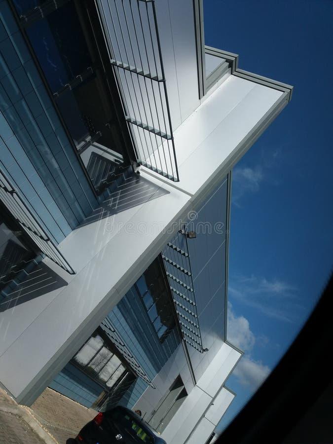 bâtiment en verre de jour d'un rouge ardent photographie stock libre de droits