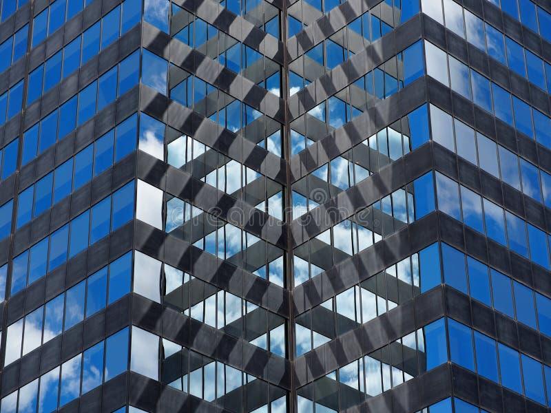 Bâtiment en verre et en acier avec des nuages photos libres de droits