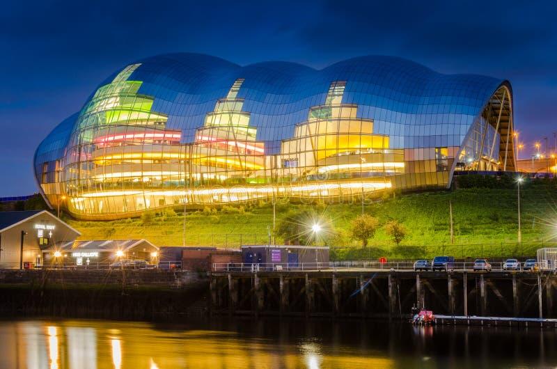 Bâtiment en verre moderne la nuit photographie stock libre de droits