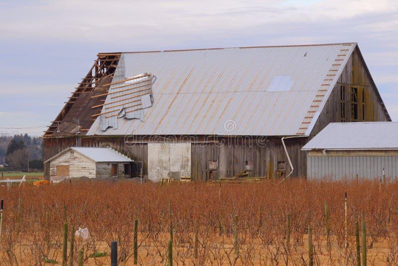 Bâtiment endommagé par vent de ferme photos libres de droits