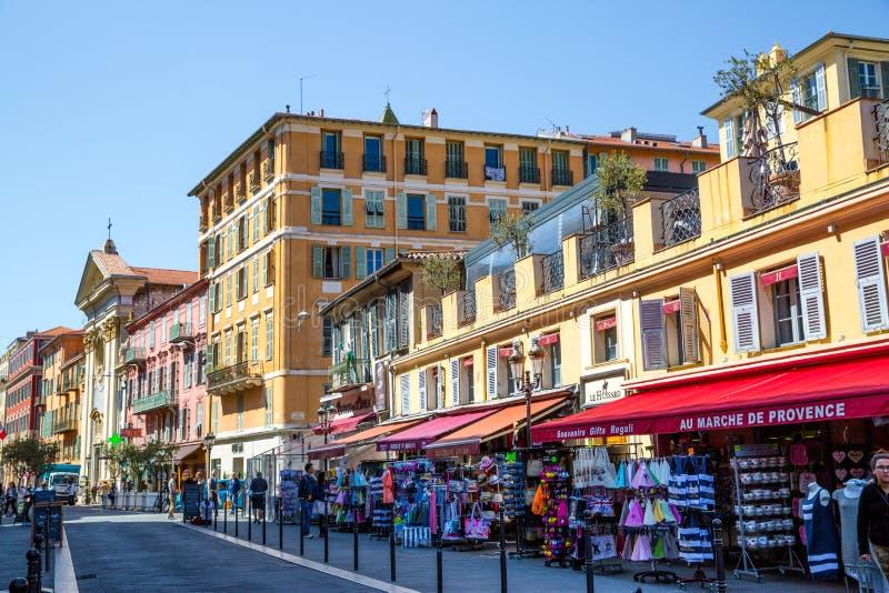 Bâtiment et boutiques de souvenirs colorés à Nice, Cote d'Azure france image libre de droits