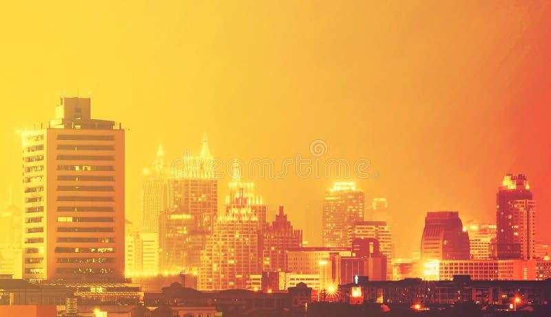 Bâtiment et gratte-ciel dans le temps crépusculaire à Bangkok, Thailan image stock