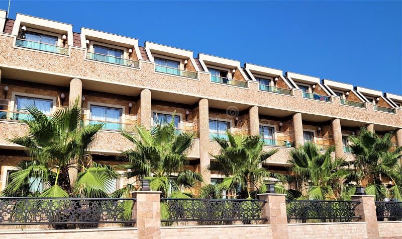 Bâtiment et paumes d'hôtel dans la rue de ville de Kemer, Antalya, Turquie image libre de droits