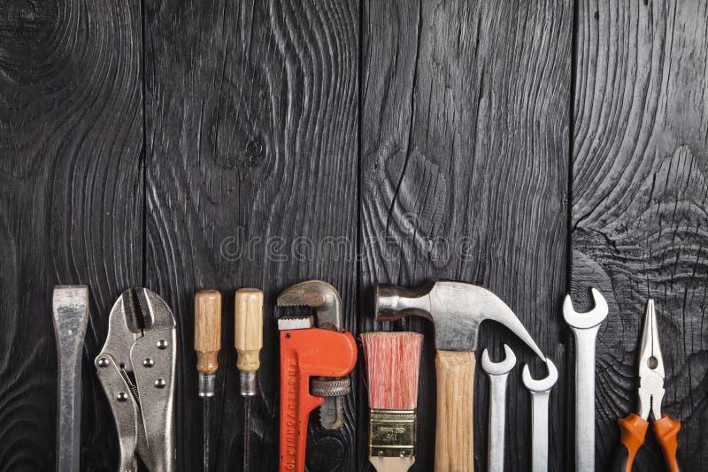 Bâtiment et trousse d'outils de traitement sur une table en bois image libre de droits