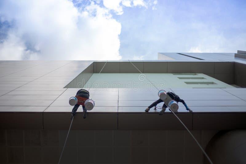 bâtiment extérieur de nettoyage avec le service de danger photos libres de droits