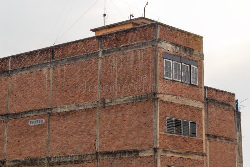 Bâtiment faisant le coin, vieux mur de briques photographie stock