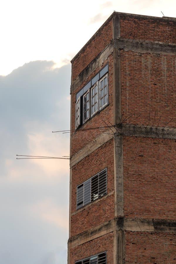 Bâtiment faisant le coin, vieux mur de briques image libre de droits