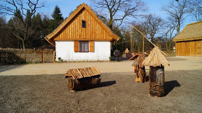 Bâtiment, grange, musée en plein air dans le village - reconstruction IXX de siècle photos libres de droits