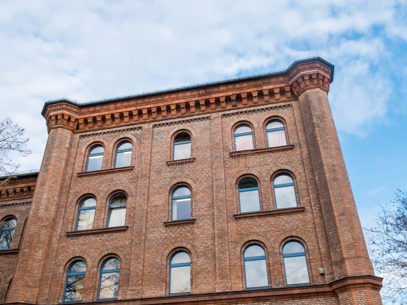 Bâtiment historique avec la corniche décorative photos stock
