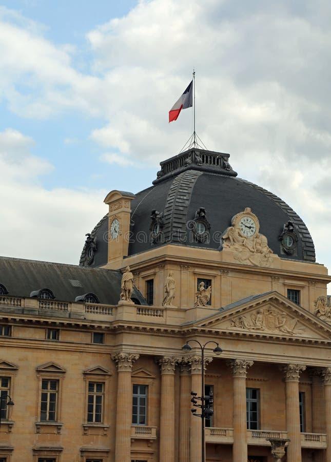bâtiment historique de musée de Louvre avec le drapeau français photos stock