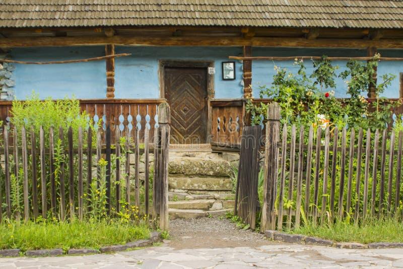 Bâtiment historique de village traditionnel de l'Ukraine occidentale, où le toit est couvert de tuiles en bois Skansen Uzhhorod l images libres de droits