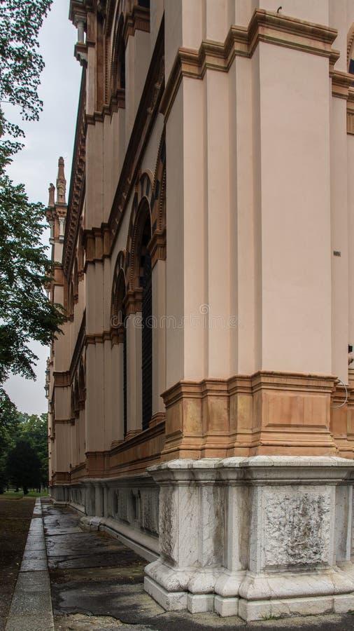Bâtiment historique en parc de ville images stock