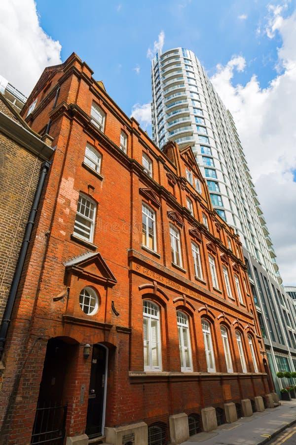 Bâtiment historique et gratte-ciel dans Aldgate, Londres, R-U photos stock