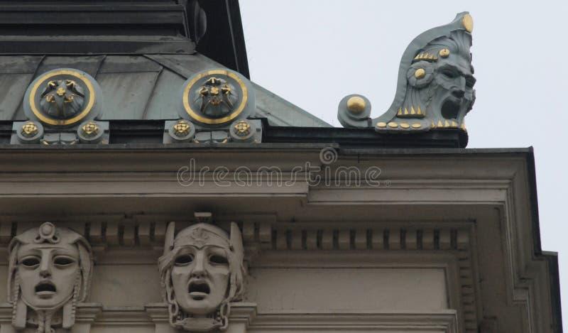 Bâtiment historique important à Prague dans la République Tchèque avec des têtes image libre de droits
