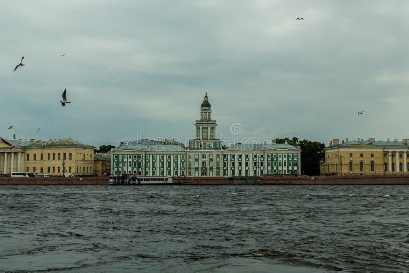 Bâtiment historique sur le remblai de Neva, St Petersburg, Russ photos libres de droits