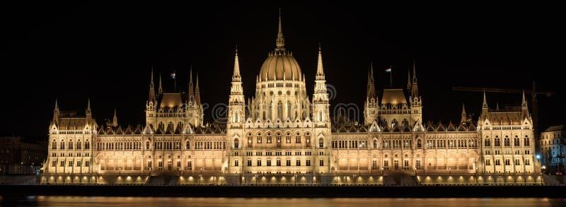 Bâtiment hongrois du Parlement, à Budapest, la nuit Le bâtiment est allumé photographie stock