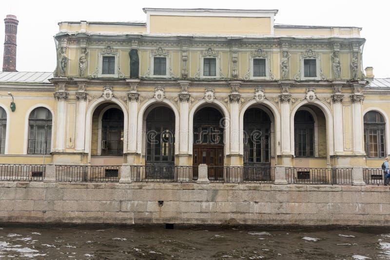 Bâtiment hors d'usage sur un des canaux, St Petersburg photo libre de droits