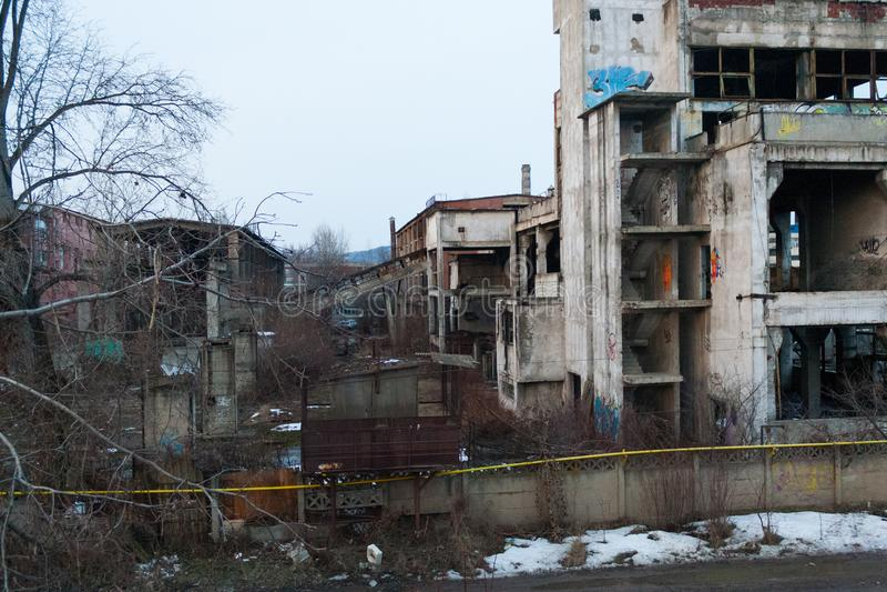 Bâtiment industriel abandonné avec la végétation et le graffiti photo libre de droits