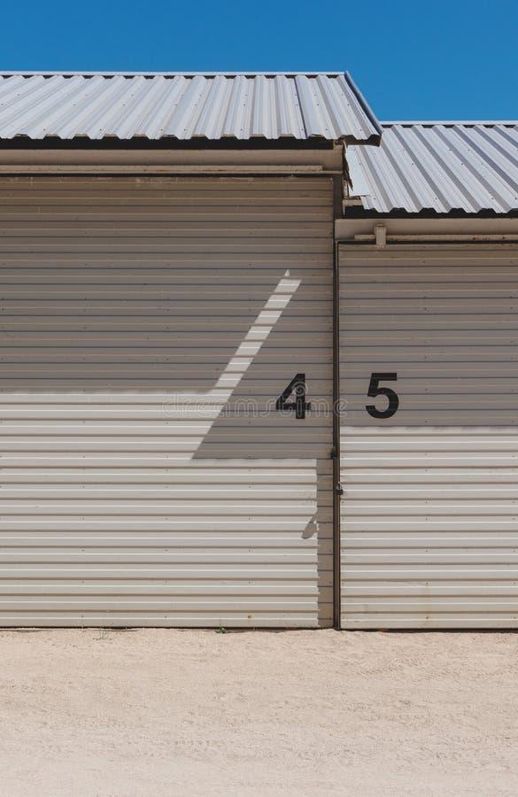 Bâtiment industriel d'entrepôt avec des nombres sur le mur Abrégez le fond d'architecture photos stock