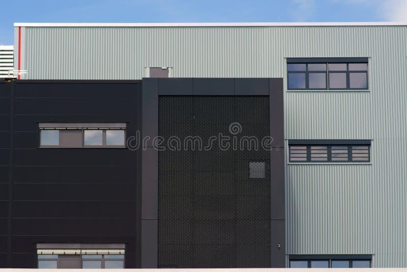 Bâtiment industriel moderne avec des grils photographie stock