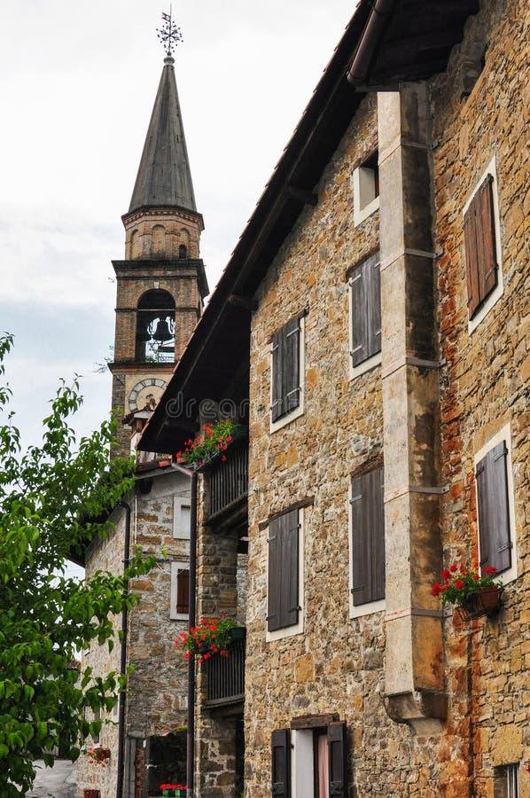 Bâtiment italien de village avec la tour d'horloge de cloche photos libres de droits