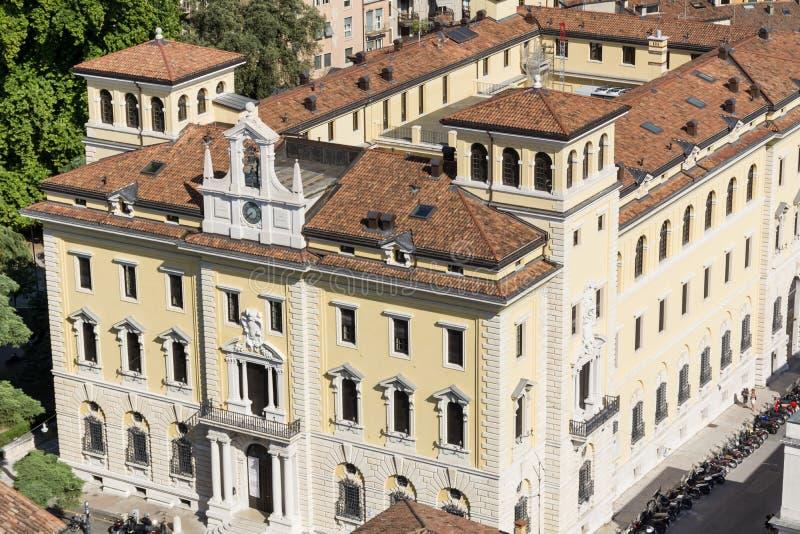 Bâtiment italien typique avec les fenêtres antiques à Vérone, Italie photos stock