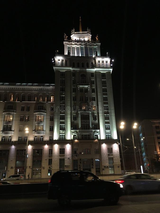 Bâtiment lumineux par nuit photo stock