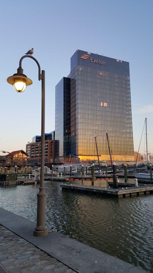 Bâtiment moderne au port intérieur de Baltimore photos libres de droits