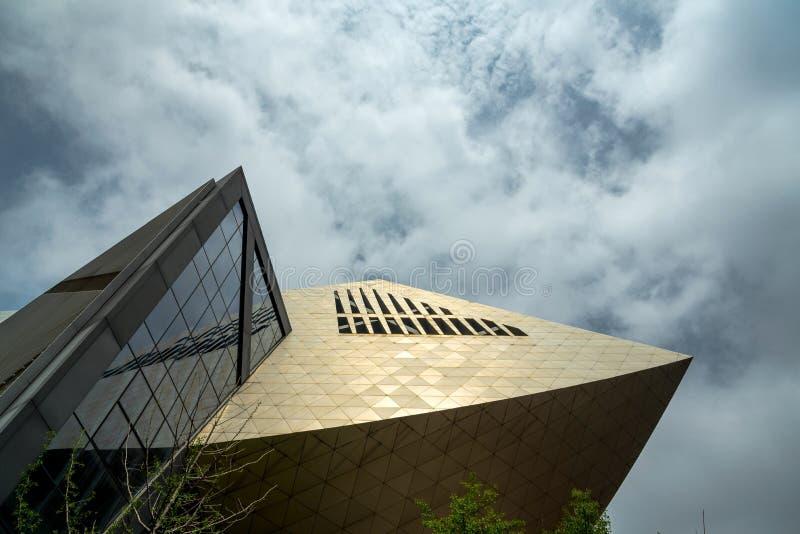 Bâtiment moderne avec le ciel bleu et les nuages blancs images libres de droits