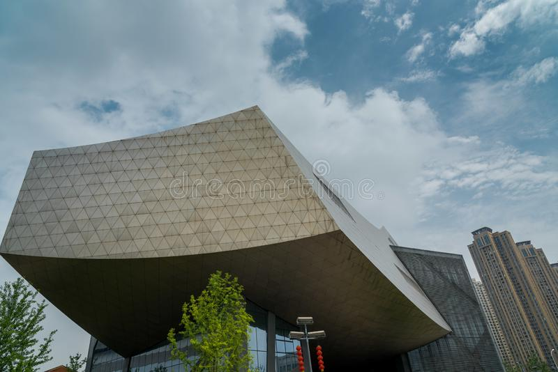 Bâtiment moderne avec le ciel bleu et les nuages blancs photographie stock