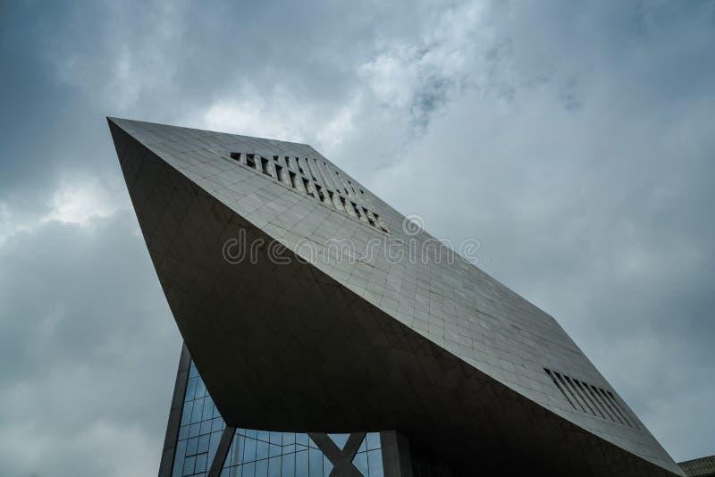 Bâtiment moderne avec le ciel bleu et les nuages blancs image stock