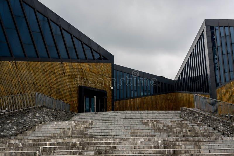 Bâtiment moderne avec le ciel obscurci images stock