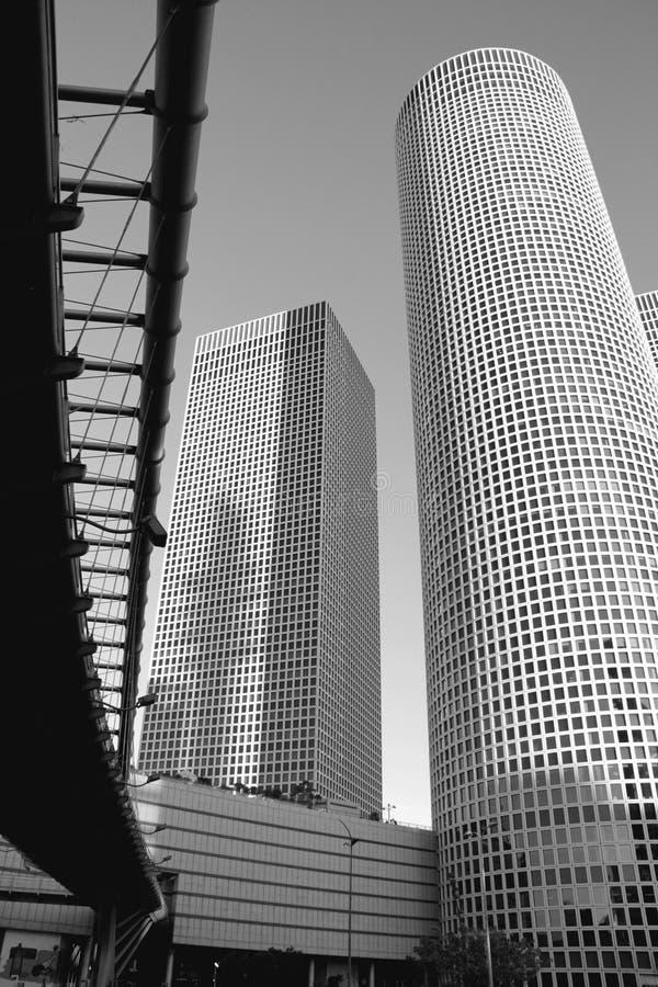 Bâtiment moderne avec le pont de skywalk à Tel Aviv. Le mail d'Azriely, est images libres de droits