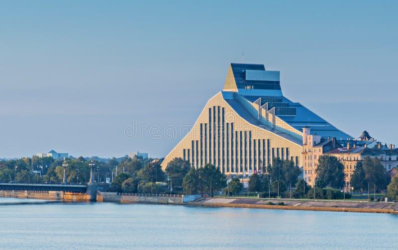 Bâtiment moderne de la Bibliothèque nationale à Riga images libres de droits