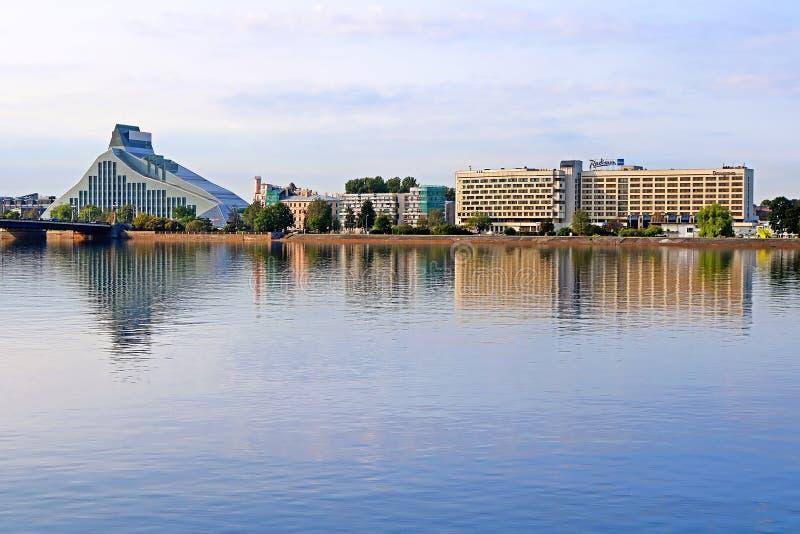 Bâtiment moderne de la Bibliothèque nationale de l'hôtel bleu de la Lettonie et du Radisson, Riga, Lettonie photographie stock libre de droits