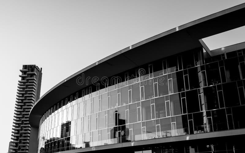 Bâtiment moderne et visionnaire d'affaires avec une façade de miroir photo libre de droits