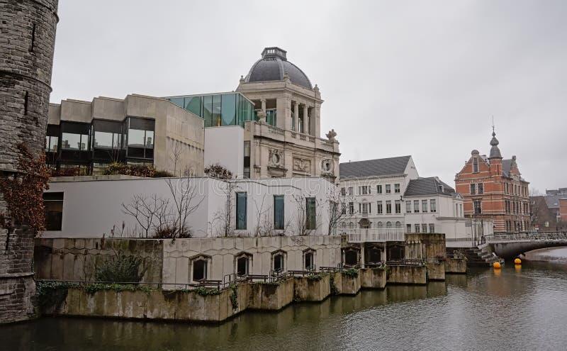 Bâtiment néoclassique de Wijnaert le long de canal de Reep à Gand images libres de droits