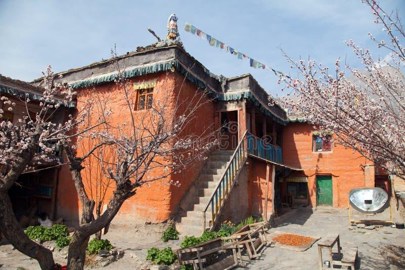 Bâtiment népalais dans le village de Jhong près de Muktinath photo stock