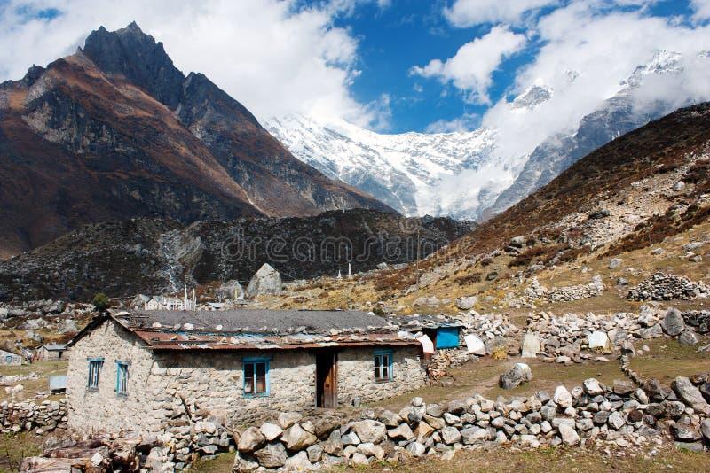 Bâtiment népalais et crête de Langtang images libres de droits
