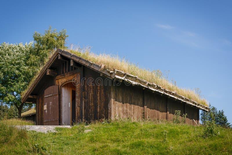 Bâtiment norvégien typique avec l'herbe sur le toit photographie stock
