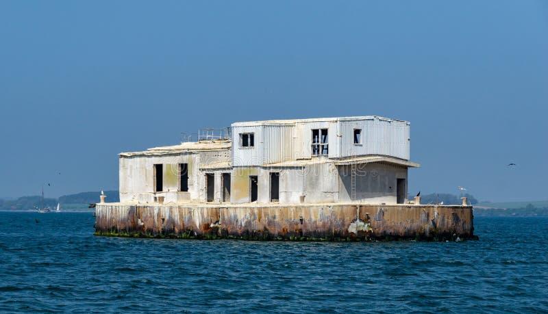 Bâtiment perdu d'endroit sur une petite île photo libre de droits