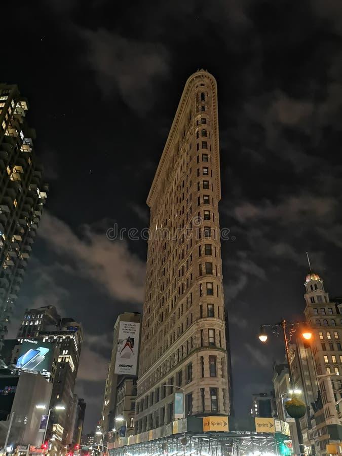 Bâtiment plat de fer par nuit photographie stock libre de droits