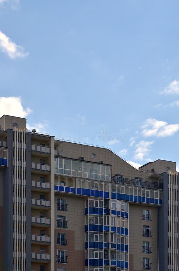Bâtiment résidentiel à plusiers étages nouveau ou récemment réalisé avec des fenêtres et des balcons Type russe de buildin de mai images libres de droits