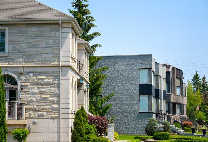 Bâtiment résidentiel avec les balcons et la maison urbaine images libres de droits
