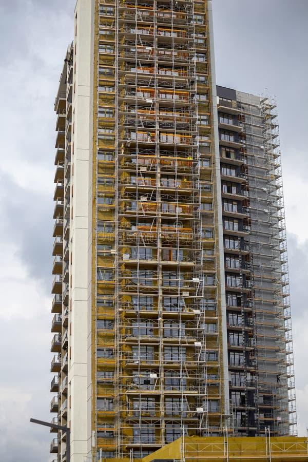 Bâtiment résidentiel ayant beaucoup d'étages moderne en construction photos libres de droits