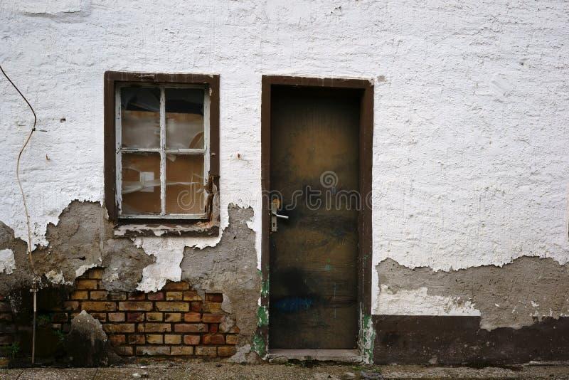 Bâtiment résidentiel délabré photos stock