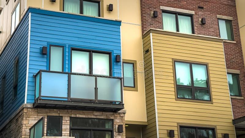 Bâtiment résidentiel de cadre de panorama avec le béton de dégrossissage horizontal et brique sur le mur photo libre de droits