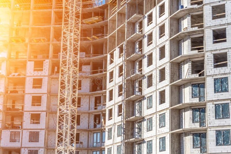 Bâtiment résidentiel en construction, une vue près des murs et planchers de fenêtres Lueur de Sun images stock